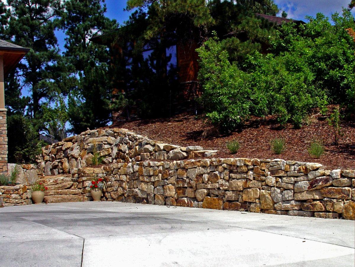 Siloam stone boulder retaining walls colorado quarry for Landscape design and installation